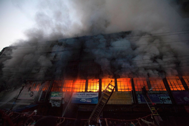 La Policía investiga el origen del incendio que arrasó una fábrica textil de Bangladesh