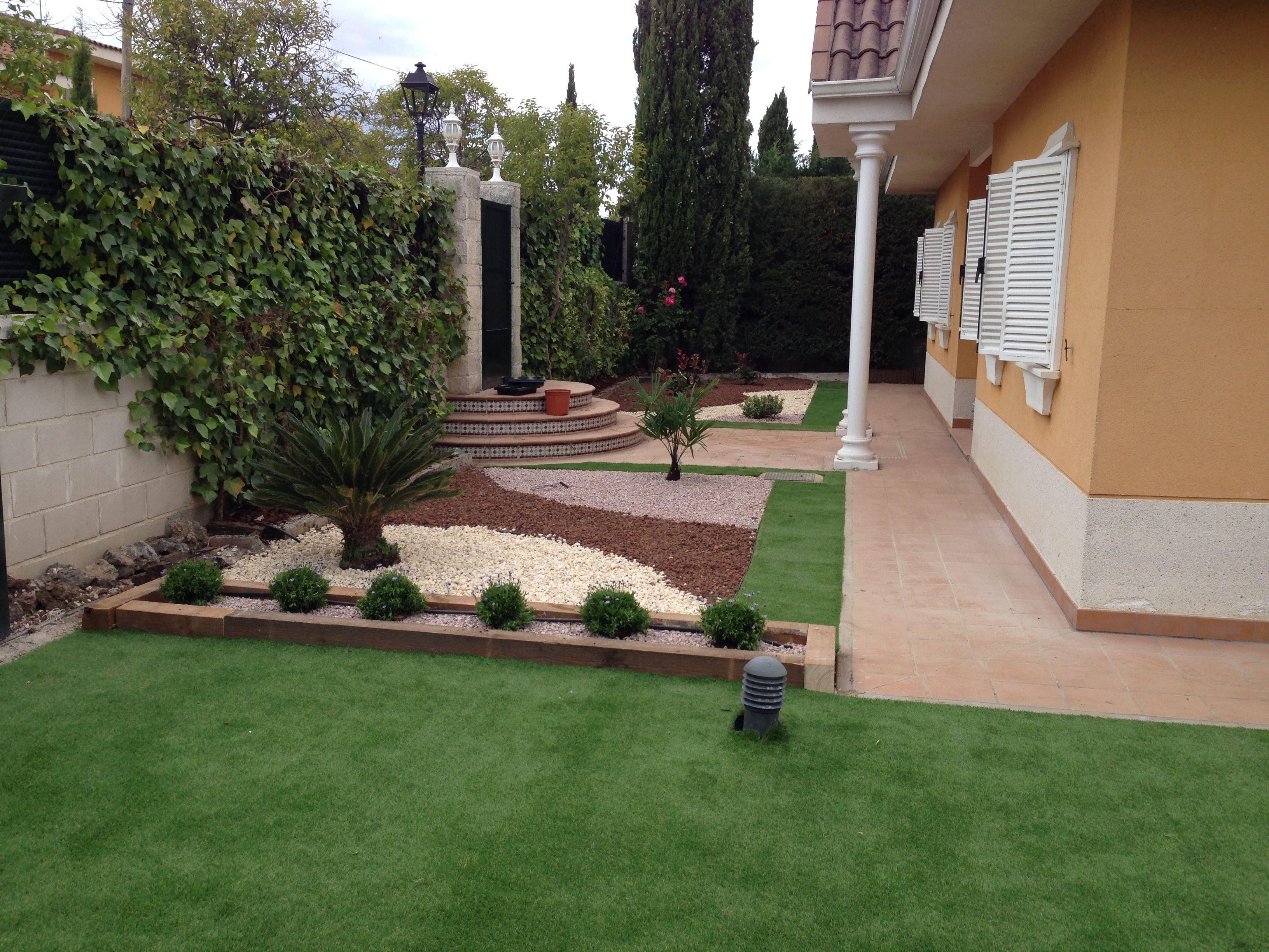 Estupendo jardin sostenible y ejemplar que combina c sped for Piedras decorativas jardin precio