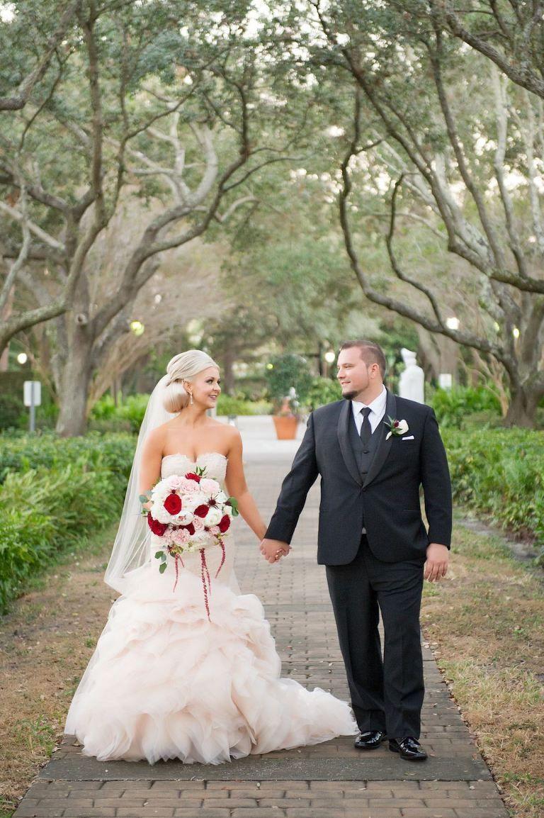 Outdoor Park Hochzeit Porträt, Braut in Blush Pink Trägerlos Layered ...