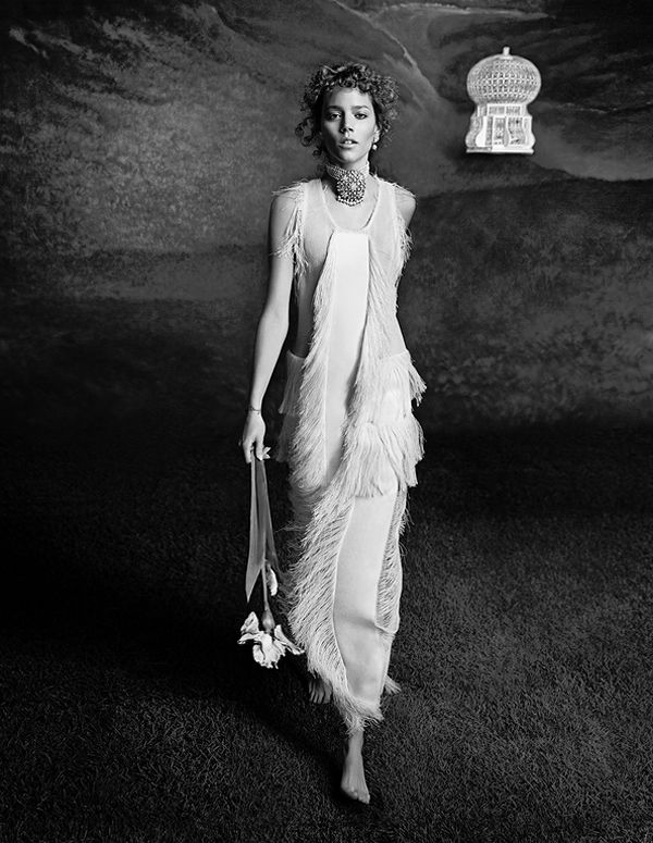 Я просто сказал однажды, — услышать она сумела, — мне нравится, чтоб весною любовь одевалась белым. Глаза голубые вскинув, взглянула с надеждой зыбкой, и только детские губы светились грустной улыбкой. С тех пор, когда через площадь я шел на майском закате, она стояла у двери, серьезная, в белом платье.  Хуан Рамон Хименес