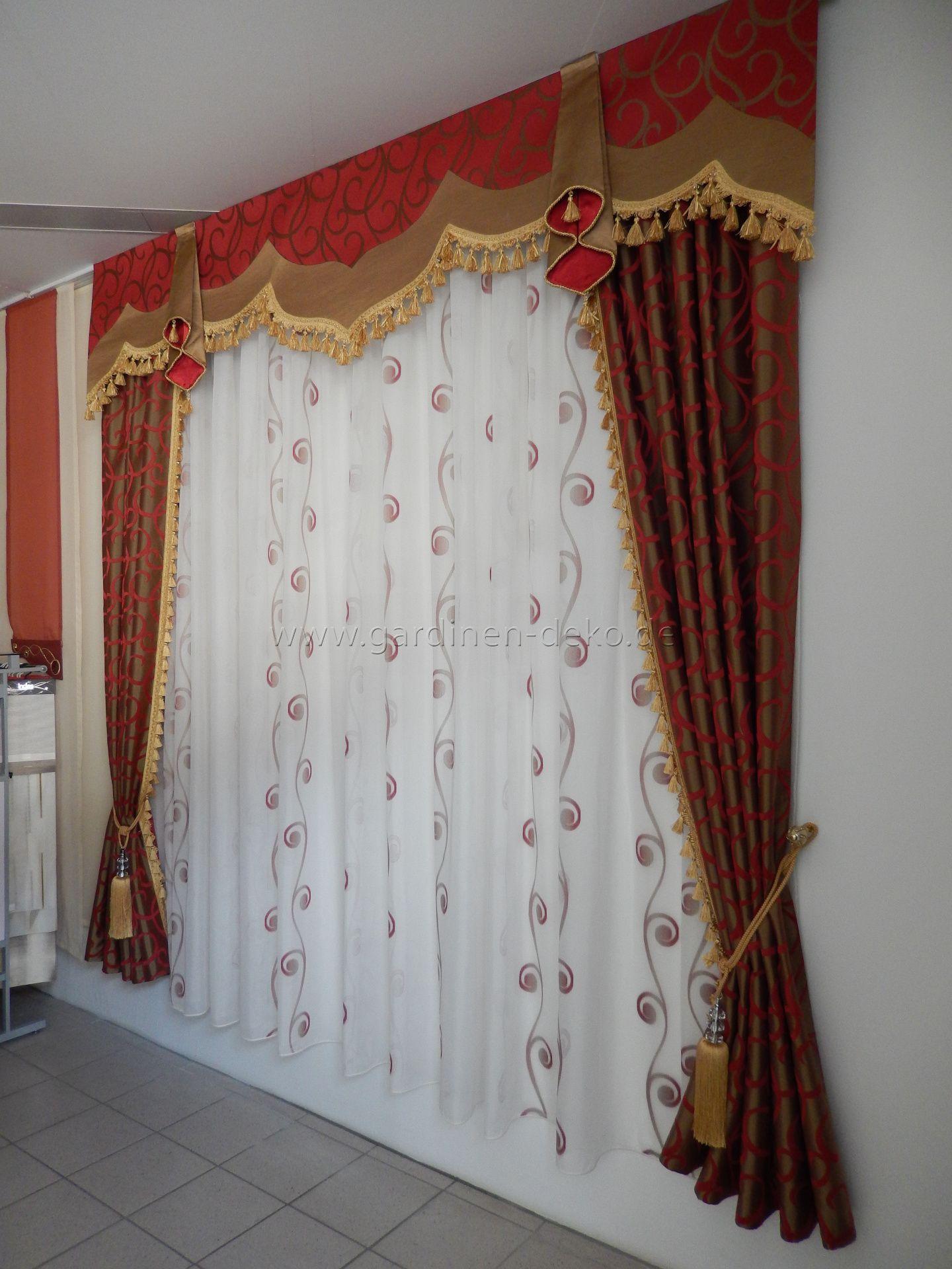 klassischer vorhang mit rot safrangelben schals und. Black Bedroom Furniture Sets. Home Design Ideas