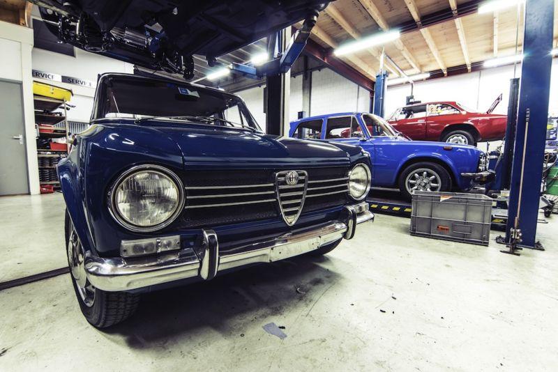 Fotobehang Alfa Romeo in garage Fotobehang, Alfa