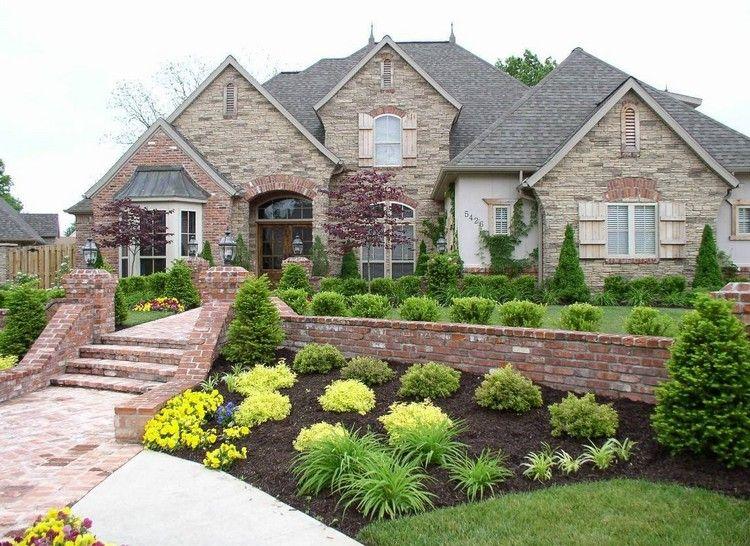 aménagement jardin en pente classique, plate-bande de buis, fleurs ...