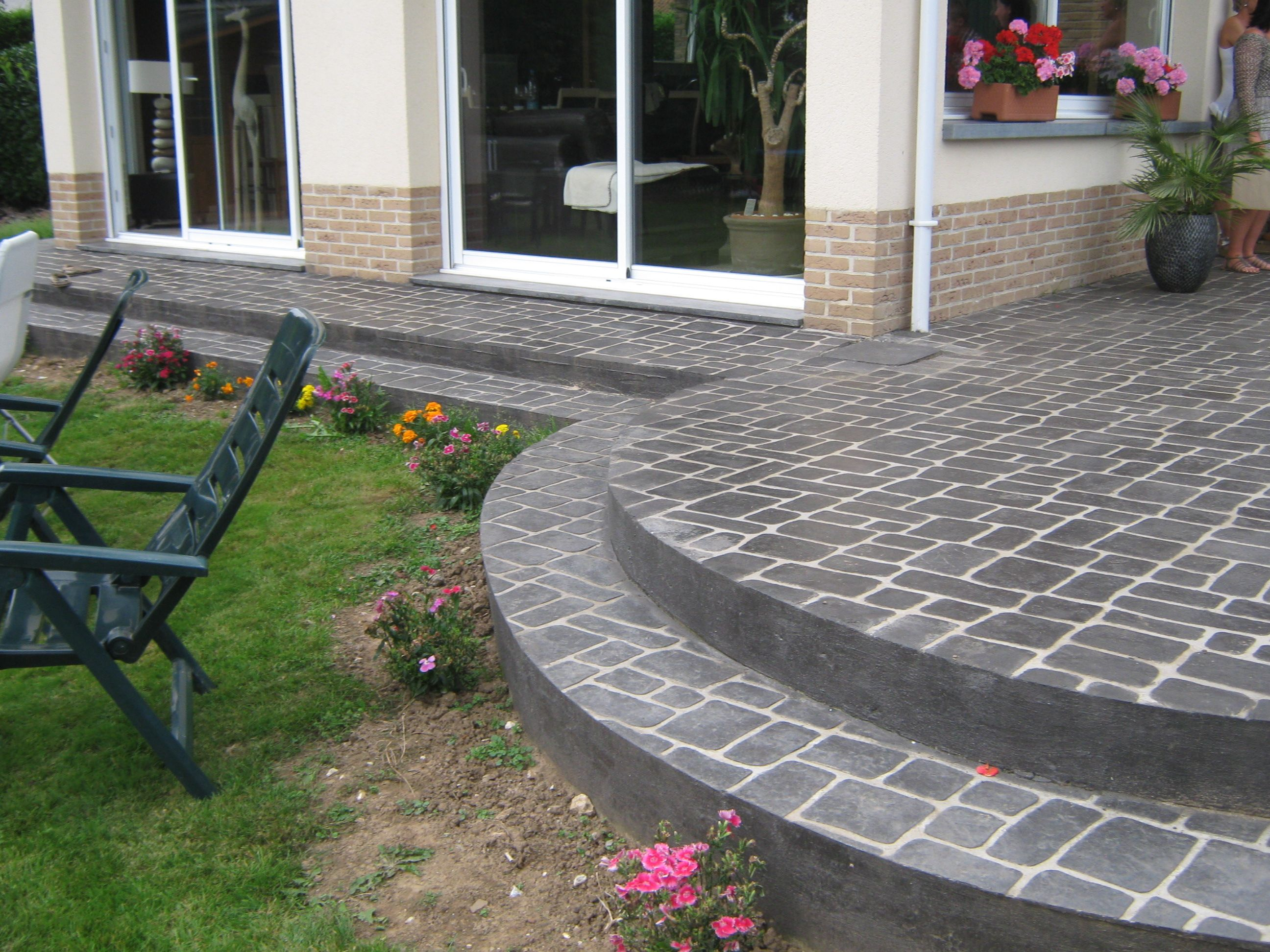 une terrasse a la forme originale en beton imprime articimo motif vieux paris couleur ardoise