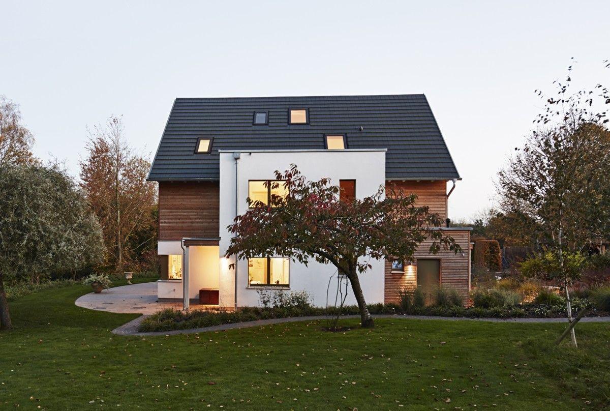 Holzhaus-Architektur modern mit Satteldach - Fertighaus Frankel ...