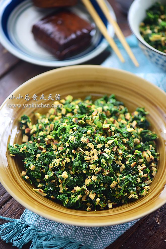 Diced spinach and dried smoked tofu salad (с изображениями)