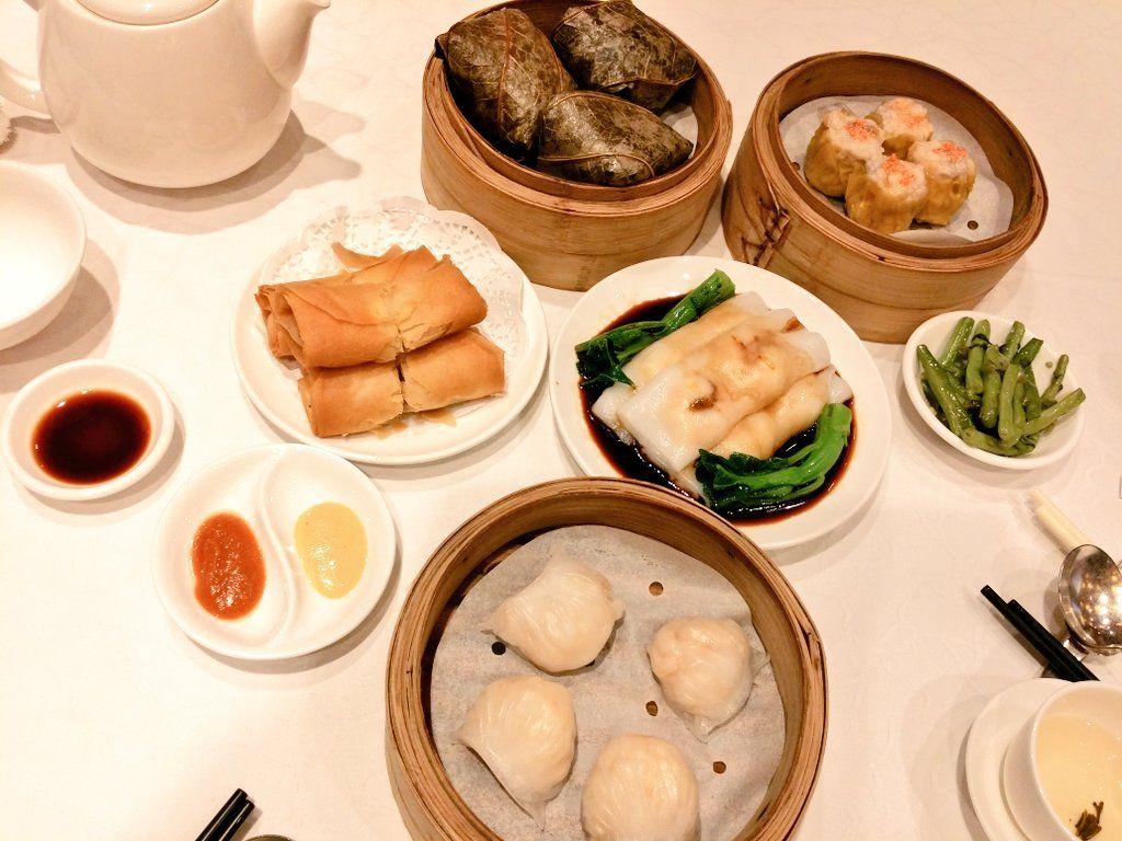 트위터 Sunbae Lee: 홍콩 레스토랑들이 마케팅 요소로 내세우는 게 미슐랭 스타 보유와 장국영 단골집(사실 엄청 많음ㅋ)인데 둘 다 해당되는 푹람문Fook Lam Moon. 딤섬도 하는 전형적 광동식당. 맛도, 분위기도 로컬스럽다.