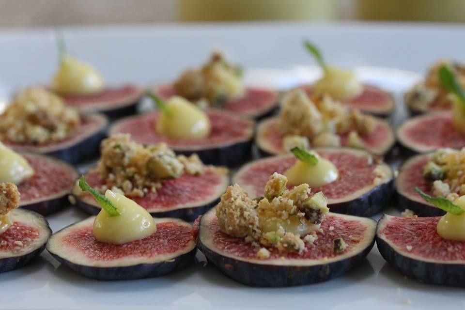 Carpaccio de figues fraiches, crème pâtissière à l'Amarreto, crumble pistaches