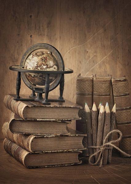 Стопка книг и глобус - почтовая открытка