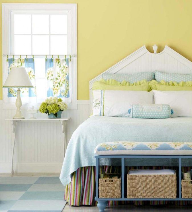 Schlafzimmer In Gelb Mit Schönem Kopfteil