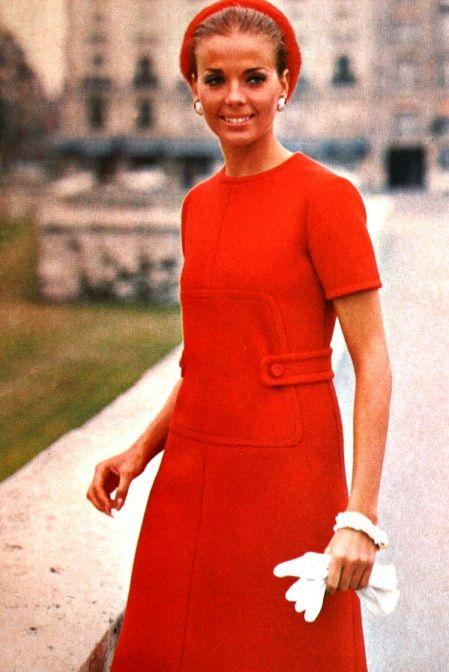 Red creped gabardine dress Christian Dior,Vogue Pattern Book April/May 1969, deze jurk lijkt wel erg veel op de mijne,en die is beslist hierop geinspireerd.
