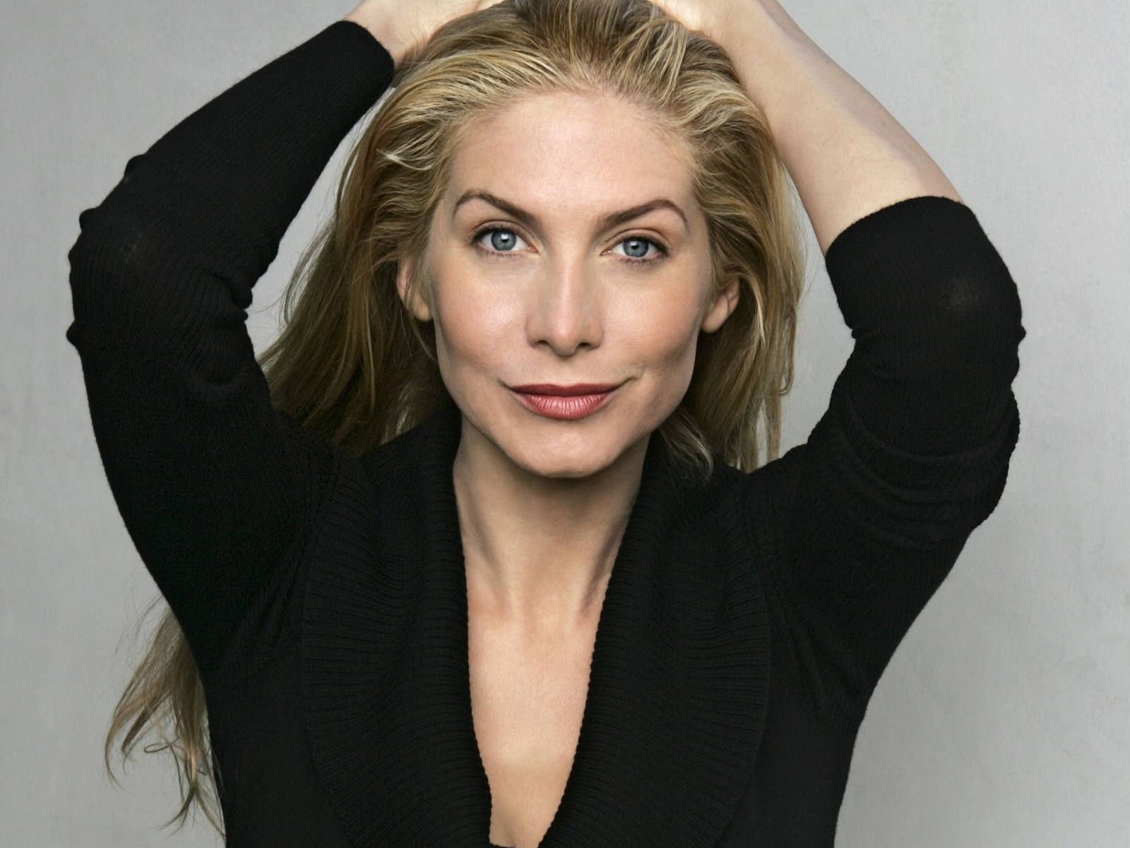 Elizabeth Mitchell Kept Her Blonde Locks Looking Lovely And Natural With This Beachy Wavy Do Description Fr Elizabeth Mitchell Celebrities Classic Actresses