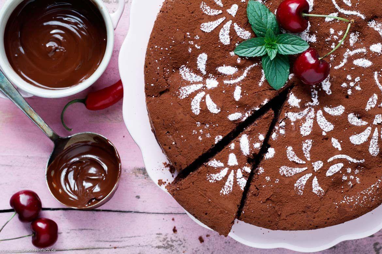Schokoladenkuchen Mit Kirschen Und Chili Www Emmikochteinfach De Schokoladen Kuchen Veganer Schokoladenkuchen Schokoladenkuchen