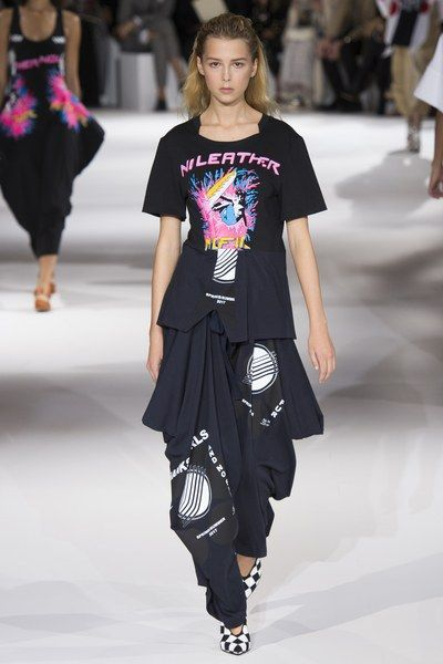 View the complete Stella McCartney Spring 2017 collection from Paris Fashion Week.