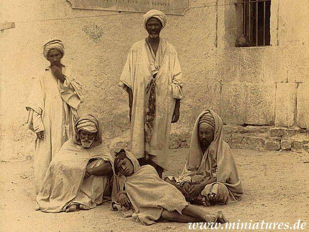 Gefangene Berber aus dem Kroumirie-Gebirge in der Kasbah von Bône, dem heutigen Annaba in Algerien.