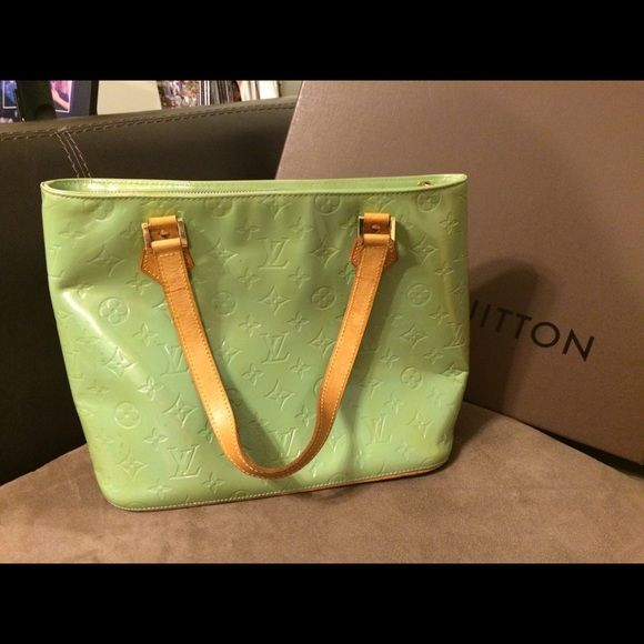 LV vernis houston 100% authentic LV houston in green. Some discoloration and minor peeling on the inside. No card, dust bag or box. Date code TH0979 Louis Vuitton Bags