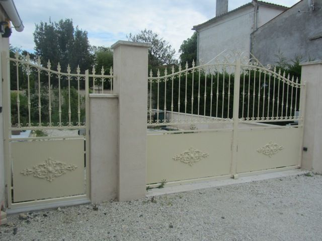 Portail et portillon beige avec un soubassement orné du0027une palmette - portail de maison en fer