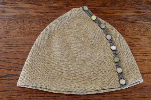 カシミヤ100%の糸で編んだ帽子です。クリームベージュ色部分は、家庭機編みで、カーキ色の部分は鈎針編みの細編みです。ボタンは、貝ボタンを使用しています。ボタン... ハンドメイド、手作り、手仕事品の通販・販売・購入ならCreema。