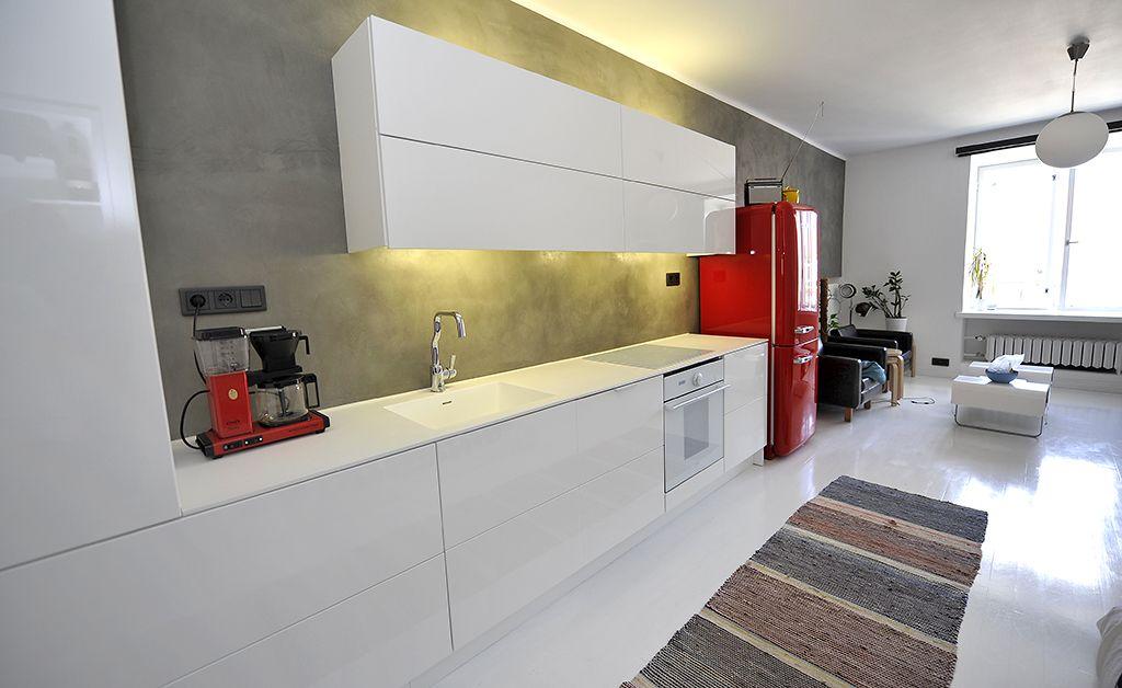 Opdeco kitchen - Keittiökalusteet Moderni keittiö (valkoinen korkeakiilto) Faucet: la Cucina Alessi by Oras
