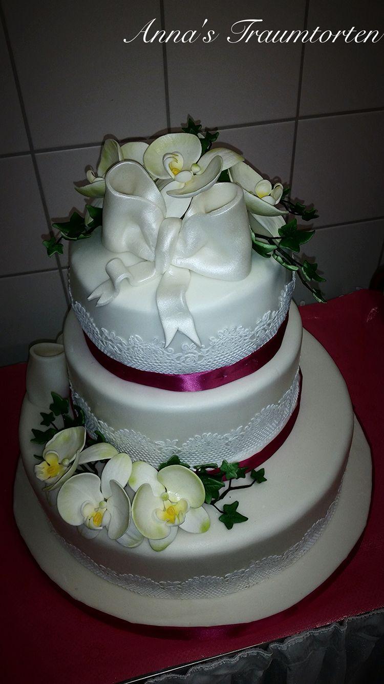 Hochzeitstorte mit Orchideen und Schleifen
