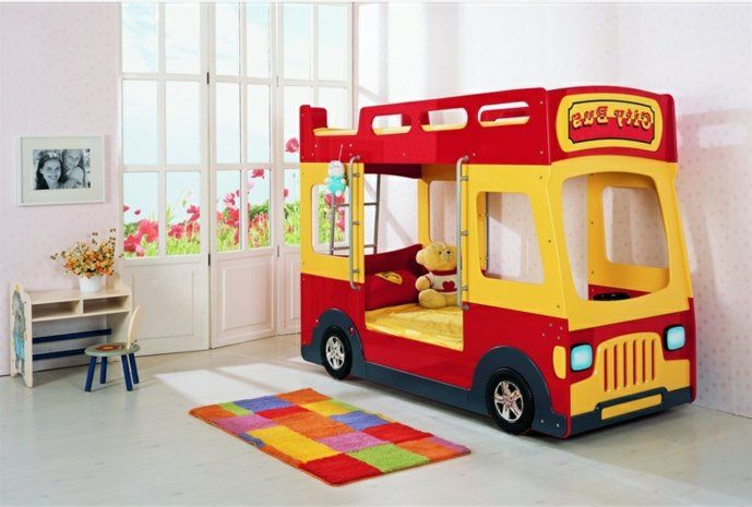 kinderzimmer ideen jungs rotes bett gelbes bus design matratze kuscheltier b r bunter teppich. Black Bedroom Furniture Sets. Home Design Ideas