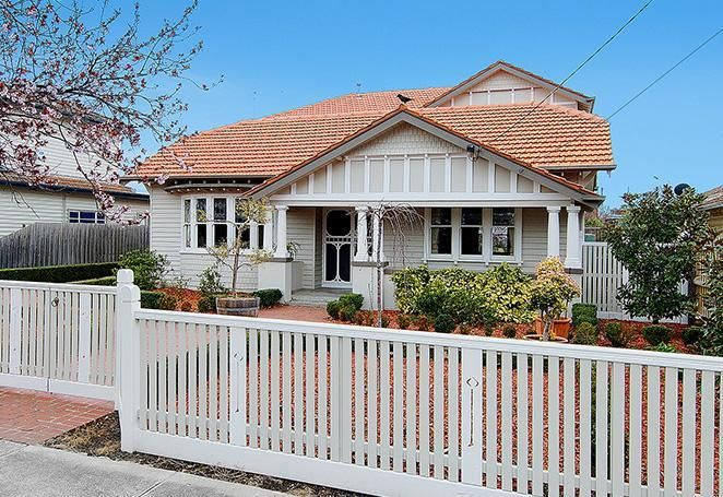 Stone and white californian bungalow exterior colour for Bungalow paint schemes