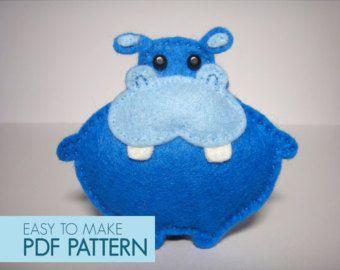 Easy to sew felt PDF pattern. DIY Pablo the Mouse, finger puppet or ornament. #noel2019decopourenfant
