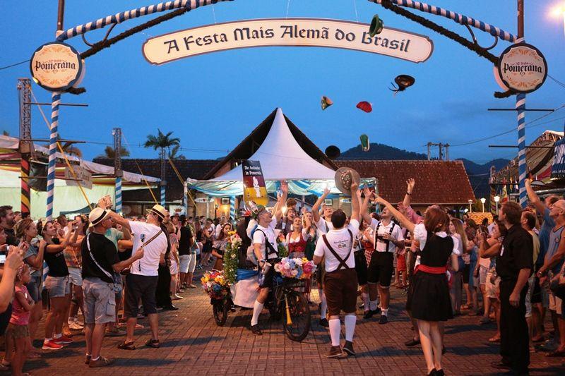 A abertura foi nessa sexta-feira (16) e, até às 23h, mais de 4,2 mil pessoas estiveram no Parque de Eventos e beberam mais de 6,6 mil copos de chope