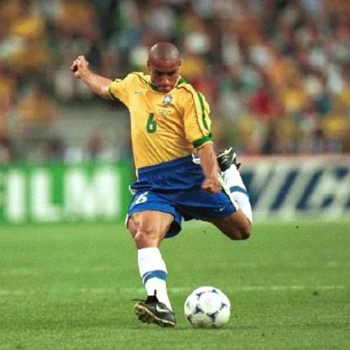 Roberto Carlos Brazil We All Know How This Free Kick Ends Robertocarlos Brazil Legend Freekick Goal Worldcup Roberto Carlos Soccer Players Dream Team