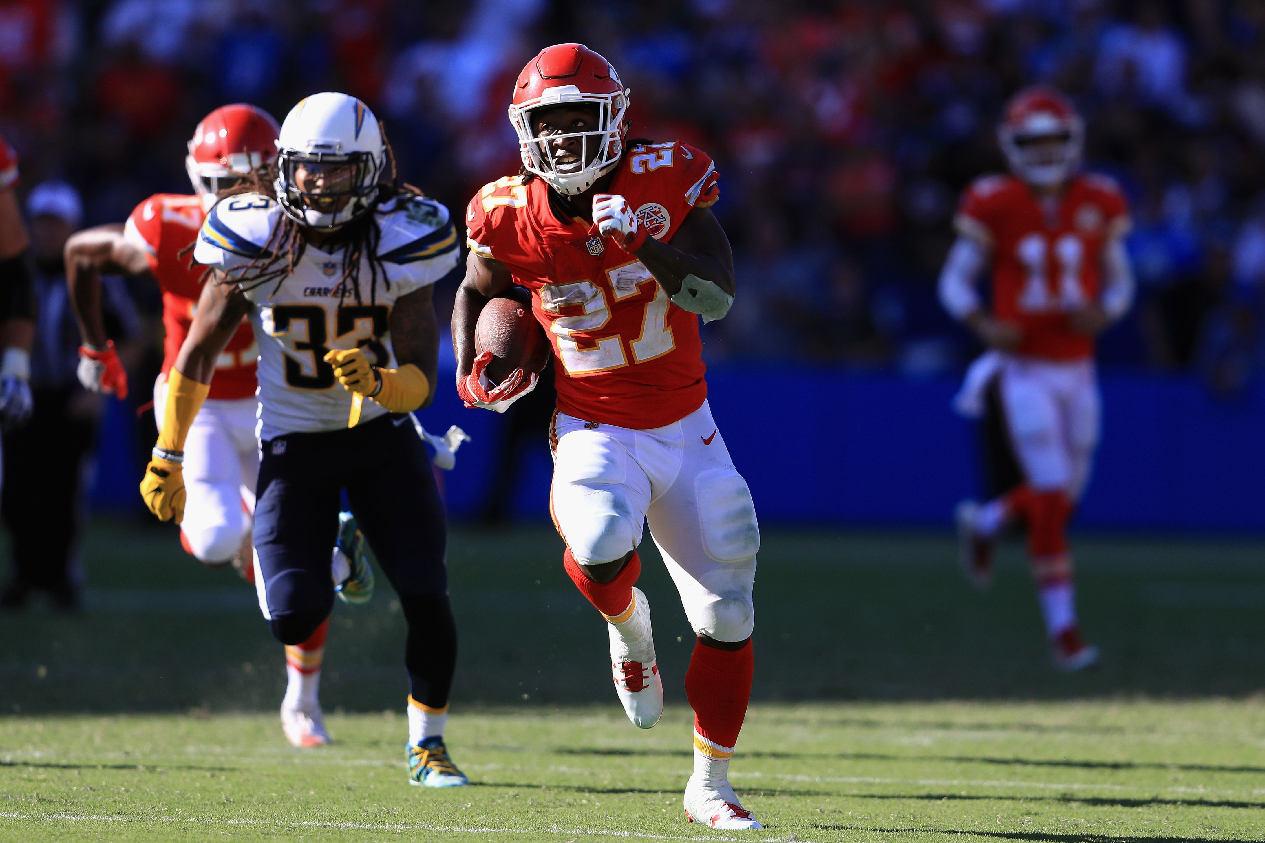 Kareem Hunt's historic start helps Chiefs stay perfect