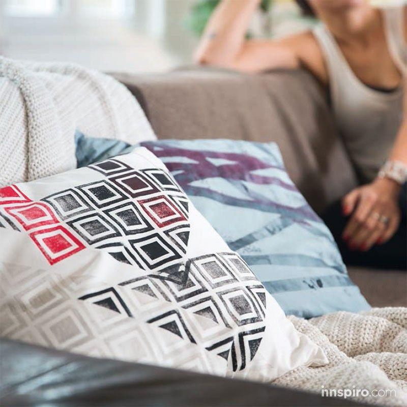 Elegante, cubre a la perfección los tejidos oscuros. Para los tejanos, es la reina de la pintura para textil: diseñada con espíritu. Da un toque especial en las camisas, los paraguas y la ropa oscura. Lavado hasta 40°C.