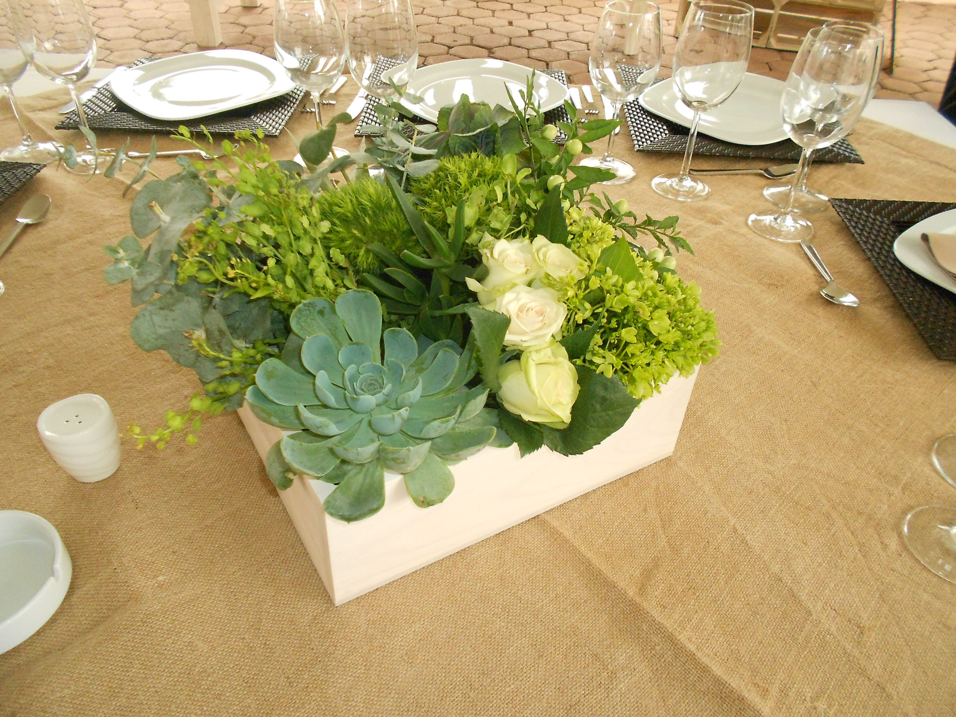 Centros de mesa con suculentas en caja de madera vintage for Centros de mesa de madera