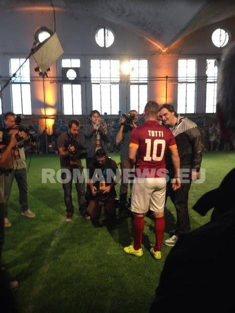 """""""RISK EVERYTHING"""" - Francesco #Totti scende in campo e mostra il font del nome e del numero della maglia della #ASRoma #Nike"""