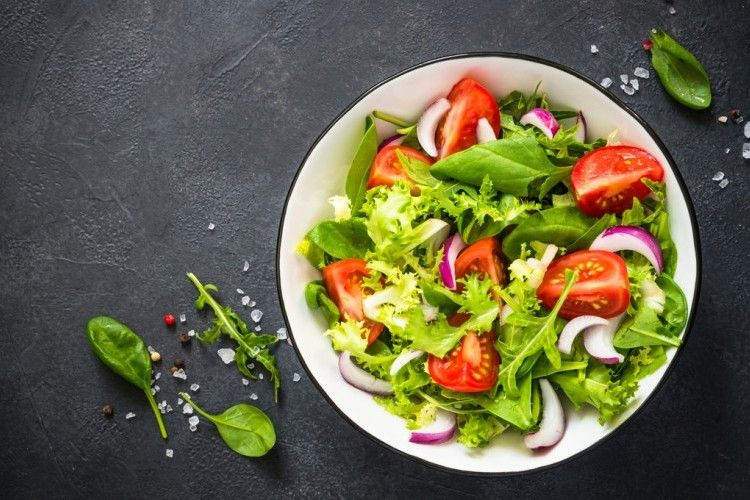 طريقة عمل السلطة الخضراء سلطة خضراء مثل المطاعم 2021 In 2021 Salad Green Salad Caprese Salad