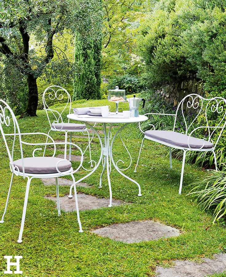 Romantisches Fruhstuck Im Grunen Garten Moebel Sitzgruppe Gartenmobel Garten Landhausstil