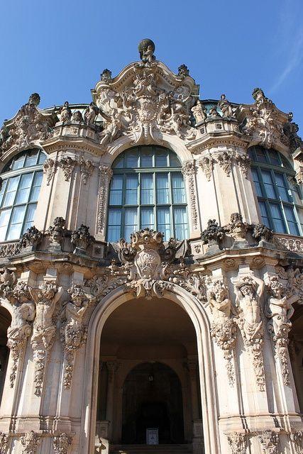 El Zwinger es un palacio en Dresden, Alemania del Este, de estilo rococó y diseñado por el arquitecto de la corte Matthäus Daniel Pöppelmann.