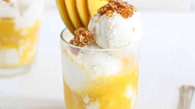 Crème glacée lait de coco, caramel au sésame et nectar de mangue