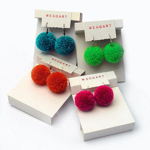 four colors of pom poms boucles d 39 oreilles maison pinterest pompons oreilles et boucles. Black Bedroom Furniture Sets. Home Design Ideas