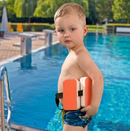 Schwimmgürtel mit 6 Auftriebshilfen aus Leichtschaum für gleichmäßigen Auftrieb.    Die ideale Unterstützung für Eltern, wenn sie mit ihrem Kind schwimmen lernen wollen. Unterstützt kindgerecht das Schwimmtraining und sorgt für den richtigen Auftrieb. Kinder können sich voll auf die Schwimmbewegung konzentrieren.     Die einzelnen Blöcke können je nach Schwimmkönnen nach und nach abgenommen werden.    - Für Schwimmanfänger bis 30 kg  - Auftriebsklasse: B  - stufenlos größenverstellbar
