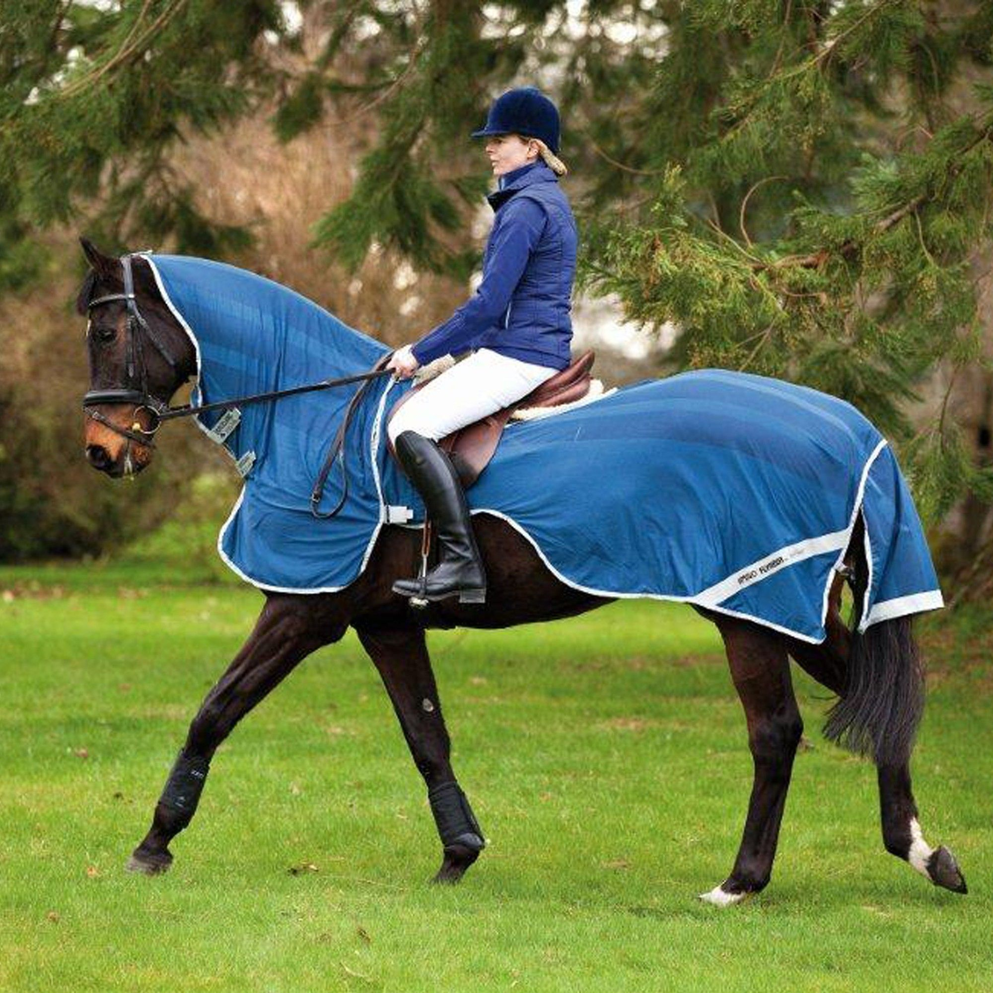 Amigo Fly Rider Extreamly ligh weight, with quick release velcro clousures for ease of fitting and safety. Loop on top of the hood to connect to the bridle. Contoured to fit around the saddle. Extra room in the hood to allow the horse to strech thier head and neck during exercise. Contoured area for riders leg. Reflective stirp for safety.
