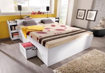 Mehr Stauraum Geht Nicht! Das Weiße Bett Verfügt über Mehrere Schubladen,  Aus Dem Kopfteil