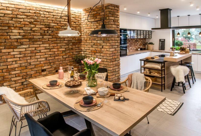Jedna Sciana W Jadalni W Calosci Wylozona Jest Czerwonymi Ceglami Ich Strukture Kitchen Inspiration Design Kitchen Decor Collections Modern Kitchen Interiors