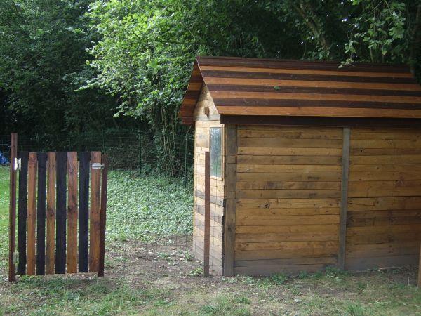 construire une cabane avec des palettes cabane en bois pinterest pallets. Black Bedroom Furniture Sets. Home Design Ideas