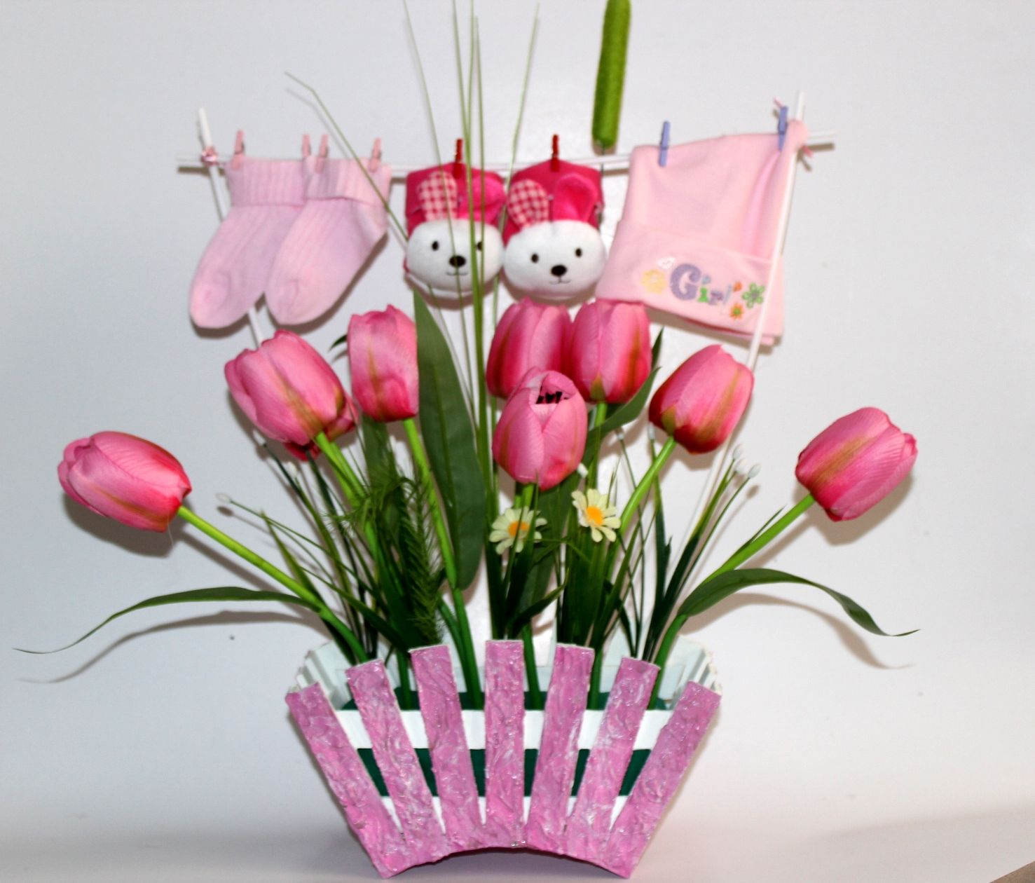 d9fe23c3166c9 Jardinera de trupan con tulipanes artificiales y arreglos para bebes recién  nacidos Flores Artificiales