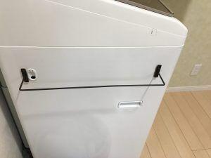 洗面所の出口の真横にある 洗濯機 ここにバスタオルをかける場所が欲しくて ずっと百均のタオル掛けを使っていたのですが 幅も狭くすぐ外れるので とてもかけずらくて家族みんな困っておりました 我が家では セリアのアイアンバーをいたるところで活用し