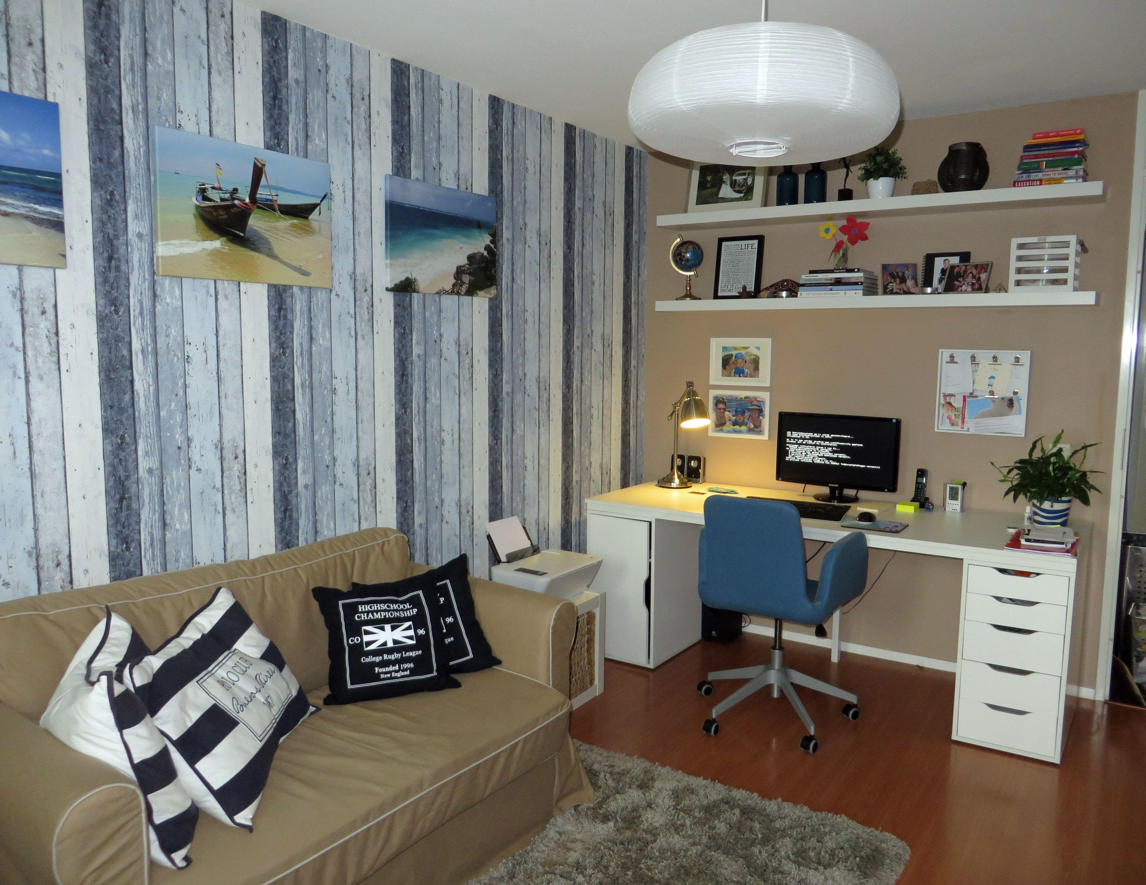 Computer logeerkamer met slaapbank met steigerhout behang ikea