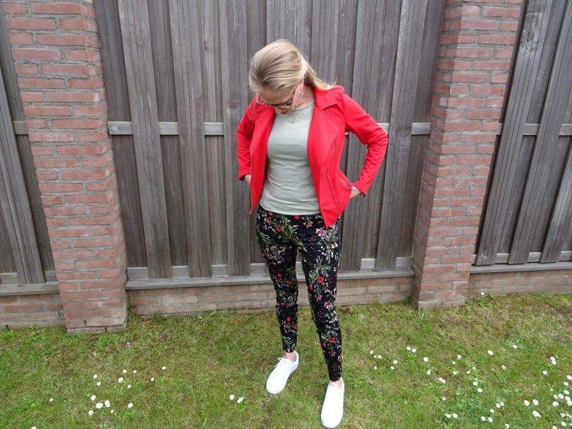 Outfit: bloemenbroek met rood jasje | Rood jasje