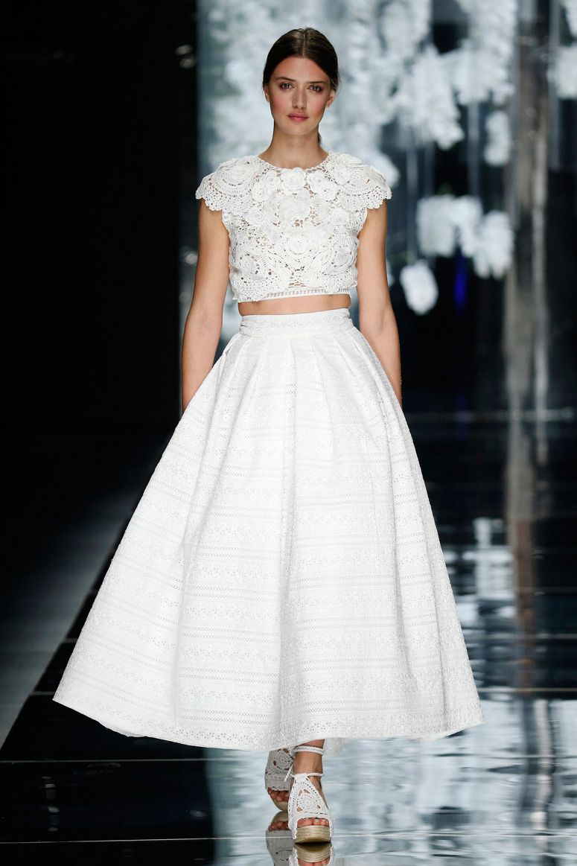 d4173c82c89 new wedding dresses of Yolan Cris 2016 Новые коллекции свадебных платьев  2016 года на Barcelona Bridal Week   Rosa Clarà