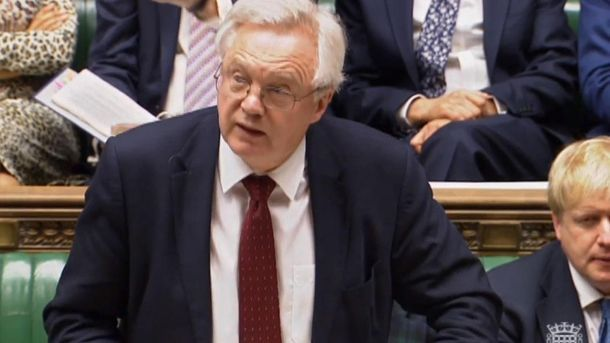 Der britische Brexit-Minister David Davis hat im Unterhaus eine kurze Stellungnahme verlesen. (Quelle: AP/dpa)