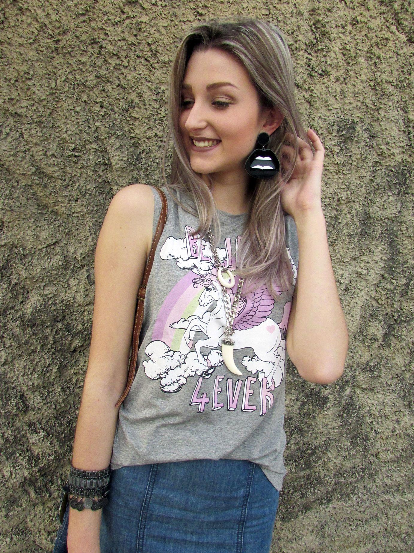 T-shirt de unicórnio e brinco de acrílico